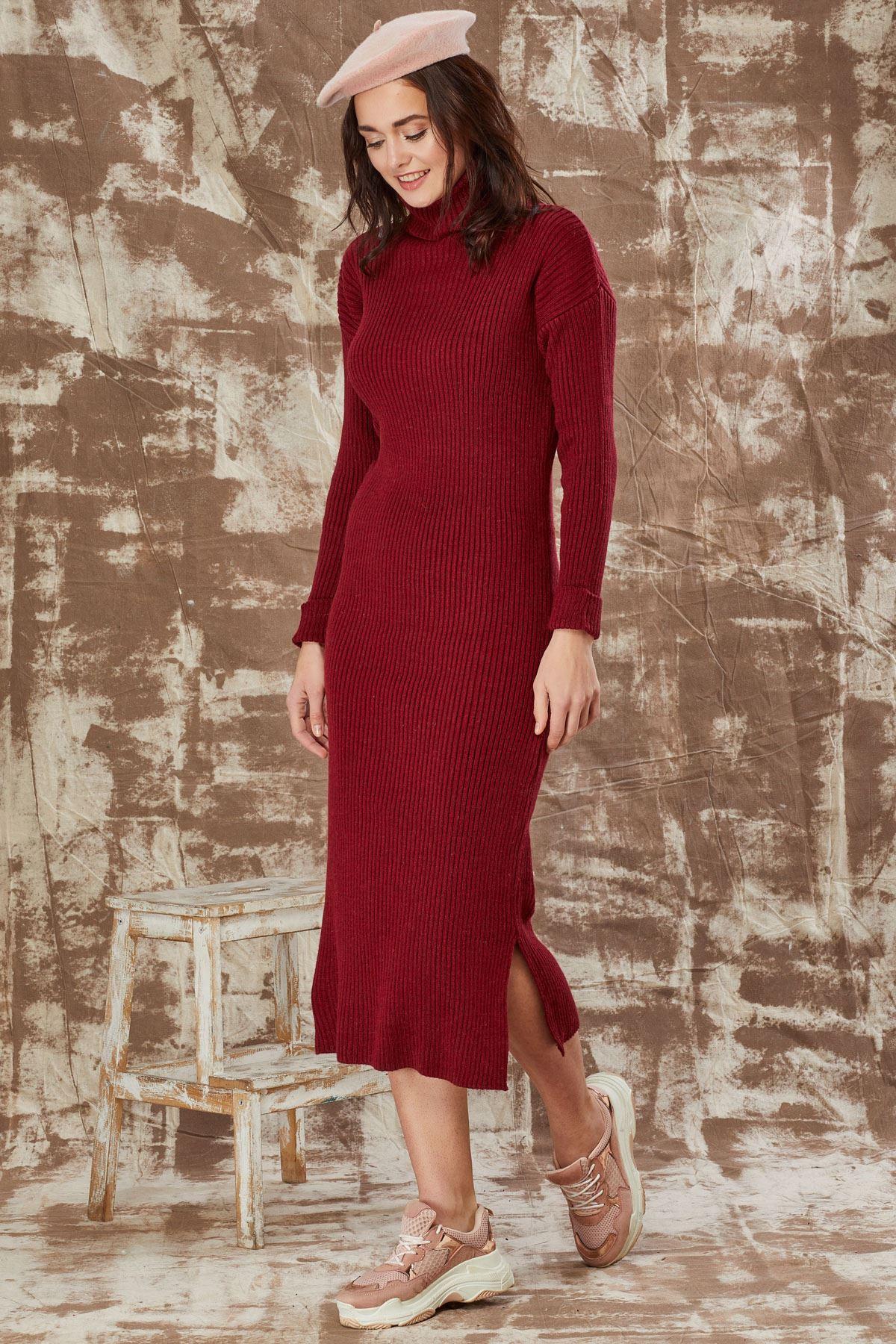 فستان ياقة عالية بفتحات جانيبية - لون بوردو