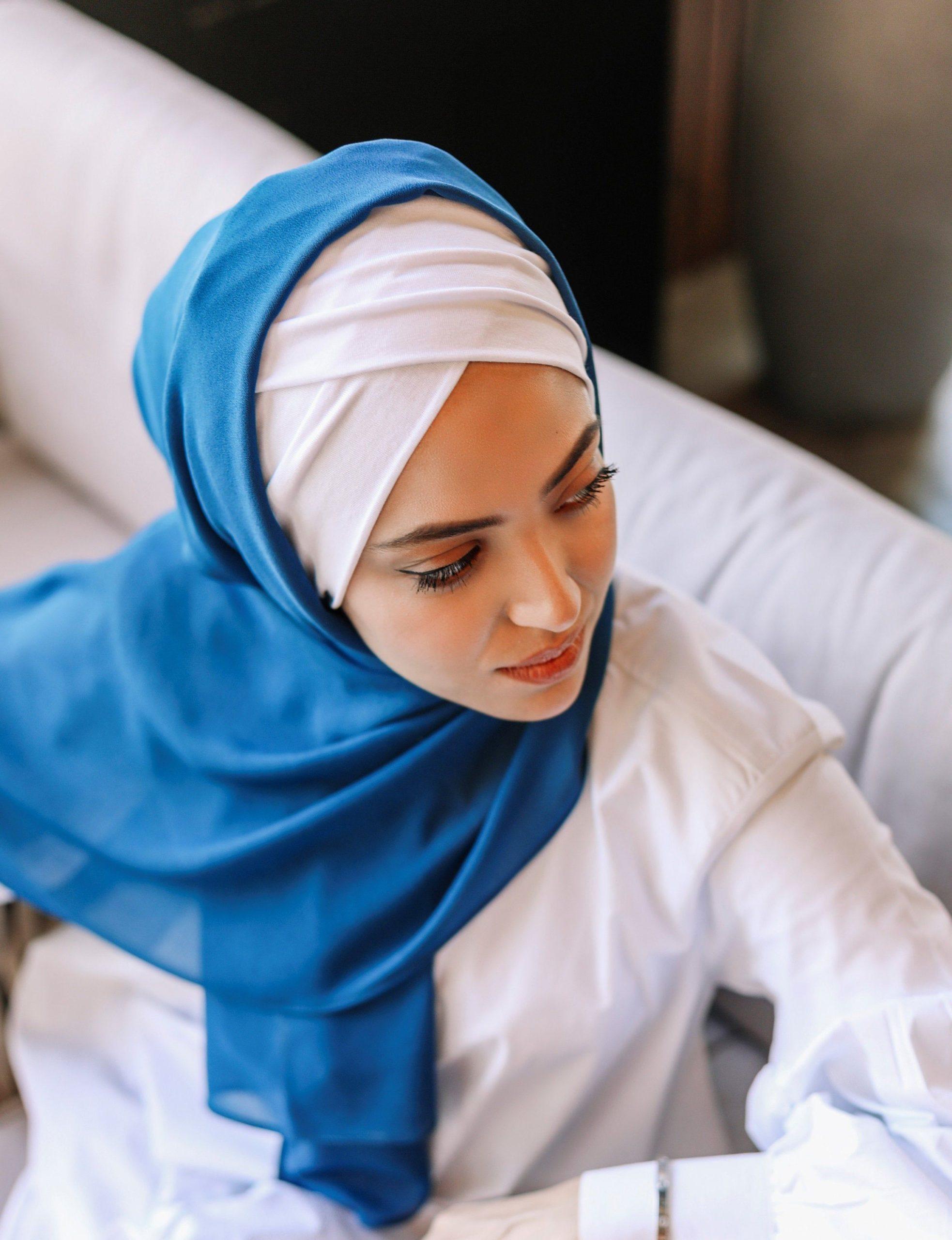 حجابات صيف 2021 باندانا قطنية بيضاء حجاب أزرق نيلي موضة 2021