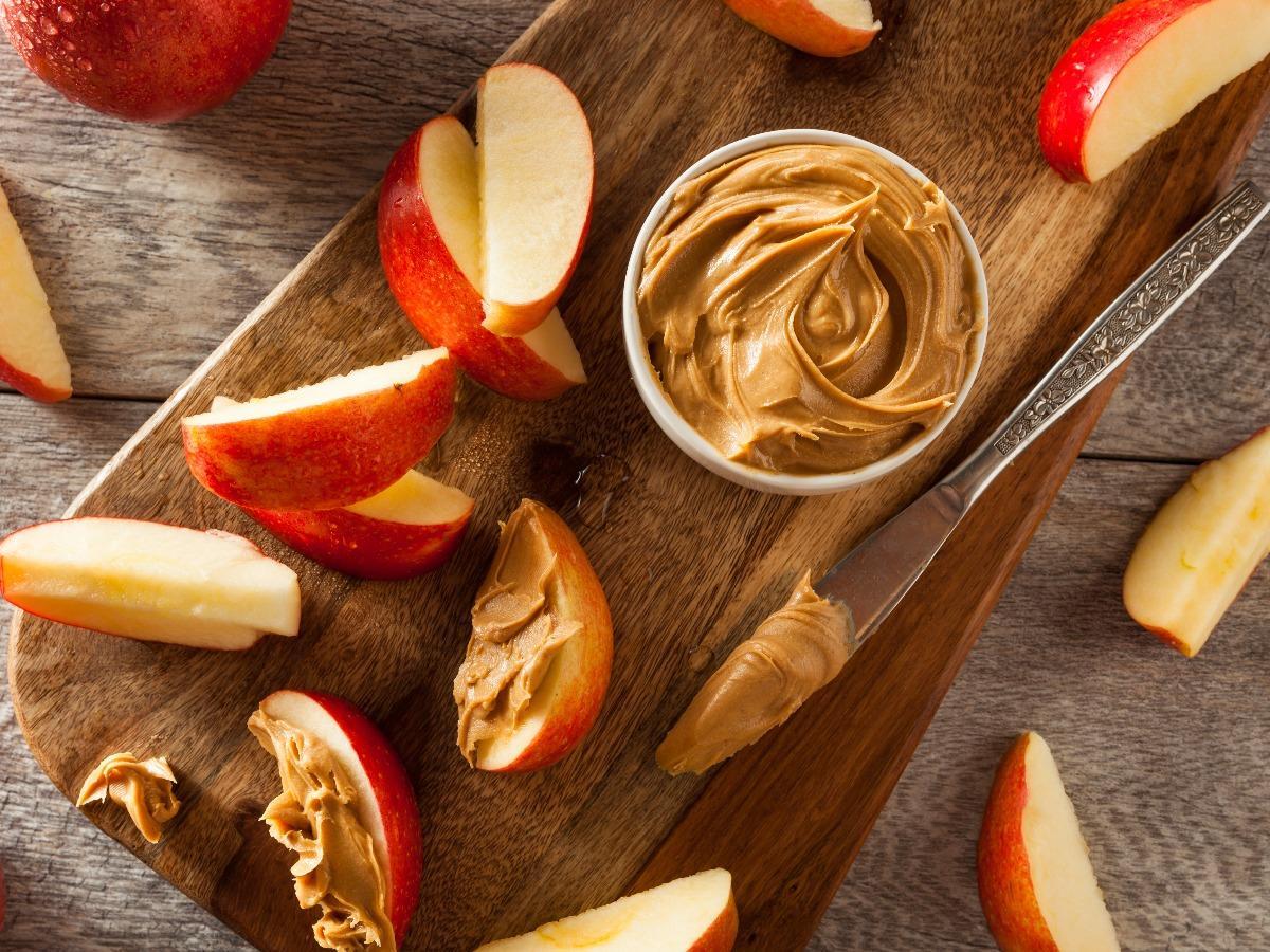 التفاح مع الفول السوداني، وجبات خفيفة مغذية